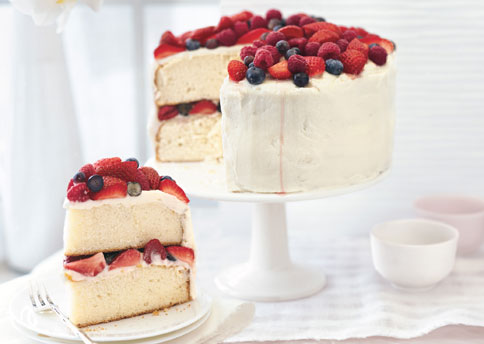 Mare_orange_layer_cake_with_buttercream_frosting_and_berries_h